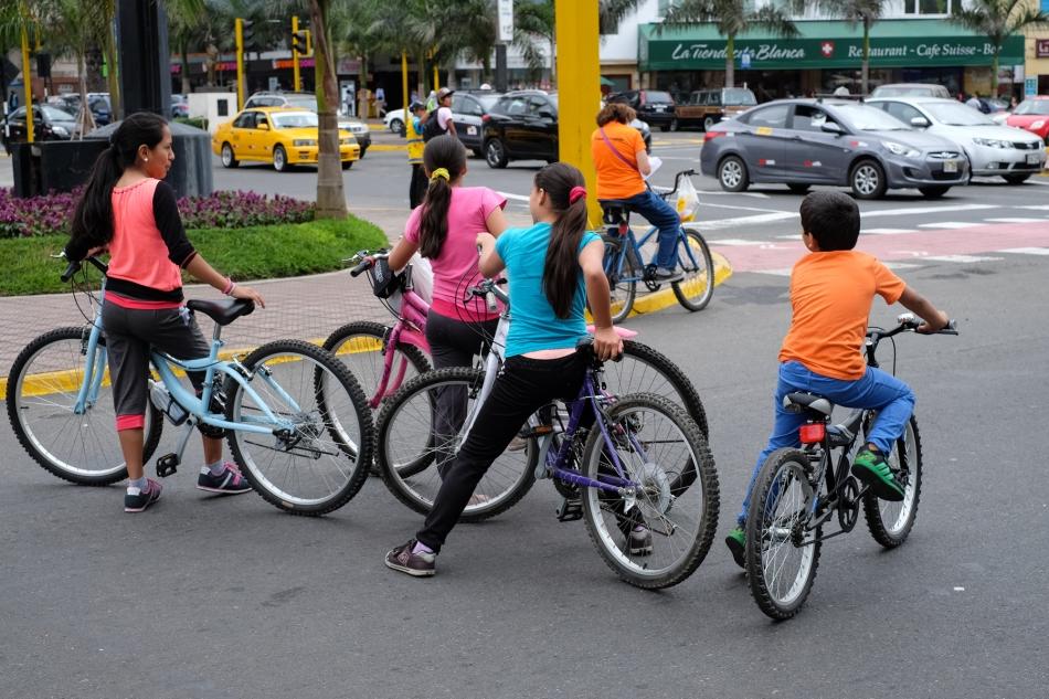Ciclistas jovenes, seguros a fuera de las autos © J. Ashley Nixon