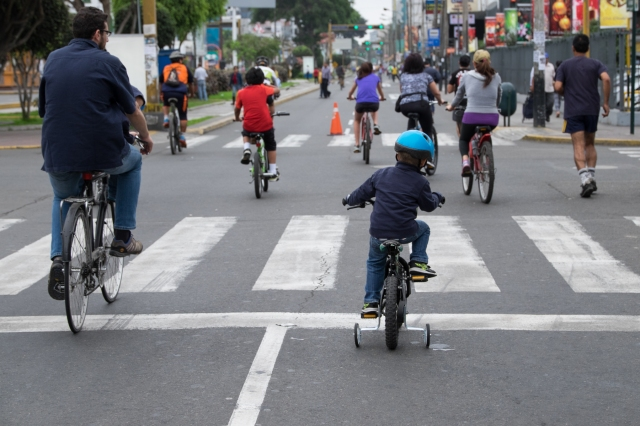 Ciclistas en Avenida Arequipa, Lima. © J. Ashley Nixon