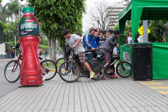 Cyclists stop for free drinks along Avenida Arequipa, Lima, Peru during Ciclovía Sunday. © J. Ashley Nixon