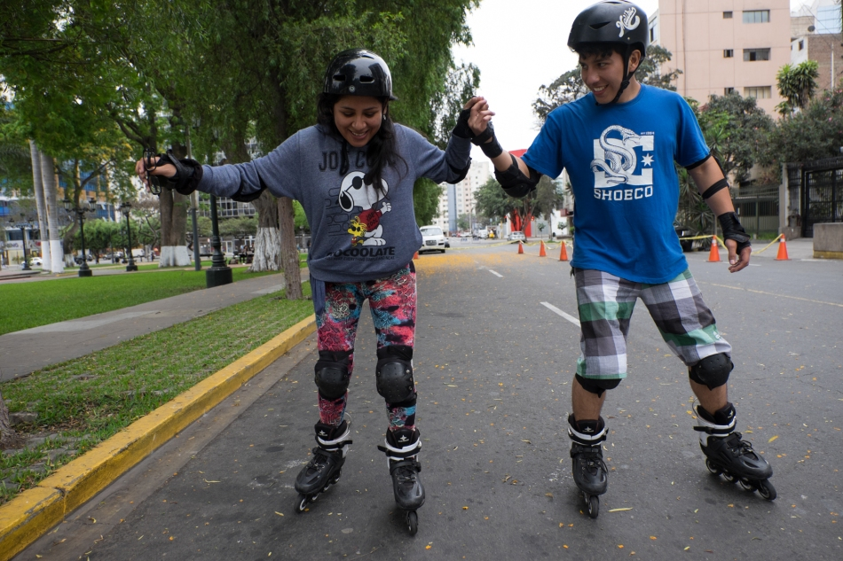 A young couple try out in-line skating alongside Avenida Arequipa, Lima. © J. Ashley Nixon