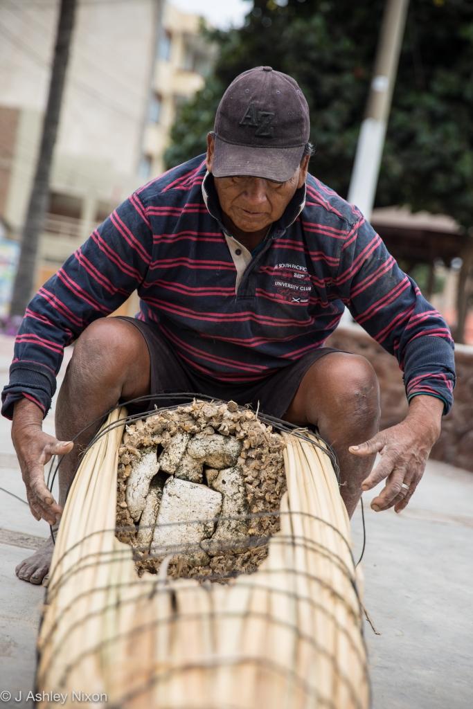 José, pescador de Huanchaco construindo un barco tradiccional de caña, Caballito de Totora. © J. Ashley Nixon